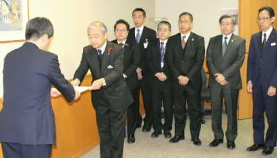 JR九州に緊急要望書を手渡す九州7県の幹部職員ら