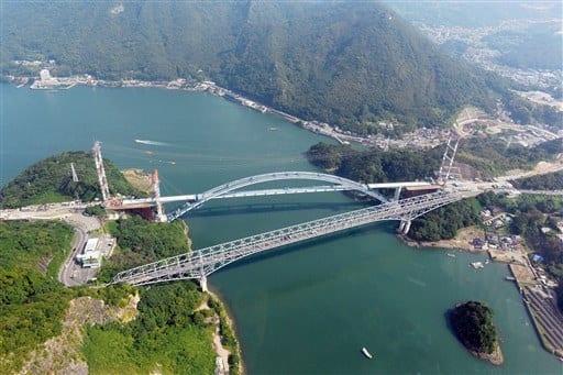 上天草市大矢野町(左)と宇城市三角町を結ぶ天草1号橋(下・天門橋)。上は建設中の新1号橋