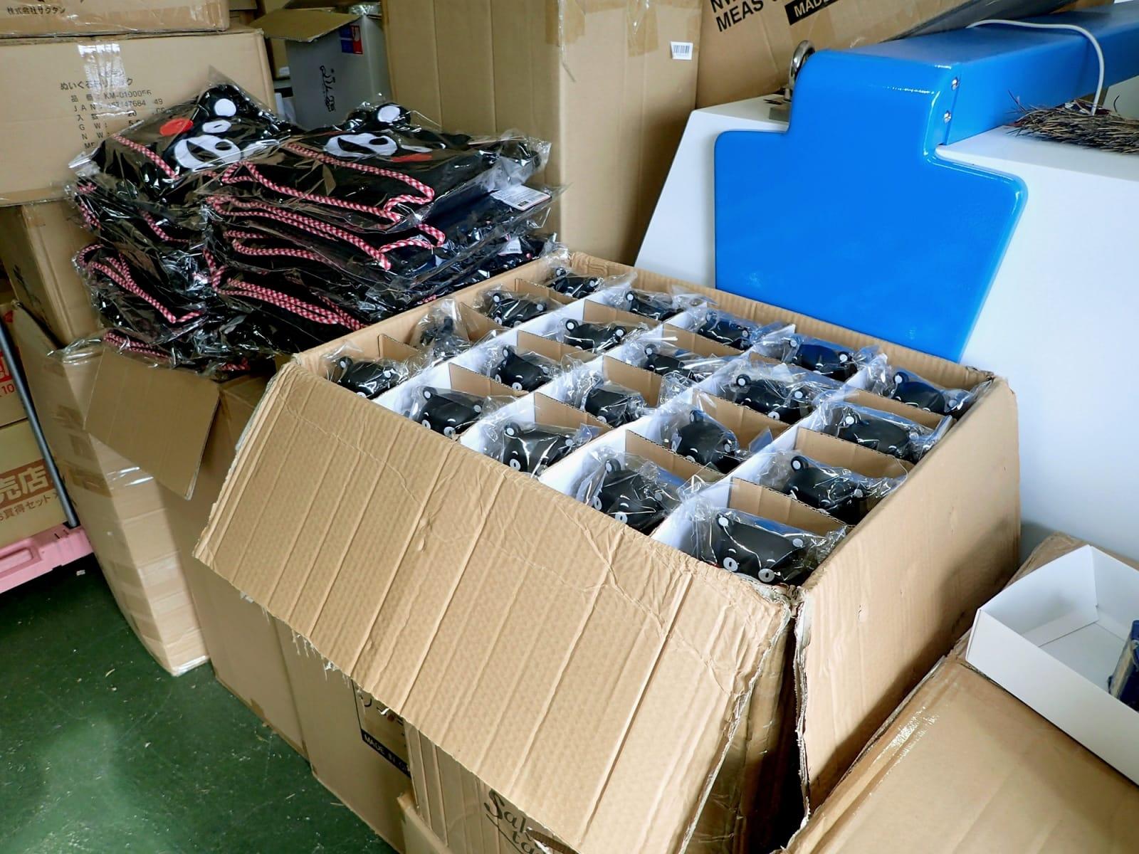 くまモン関連商品の海外販売全面解禁の発表を受け、仕入れを保留された商品の山