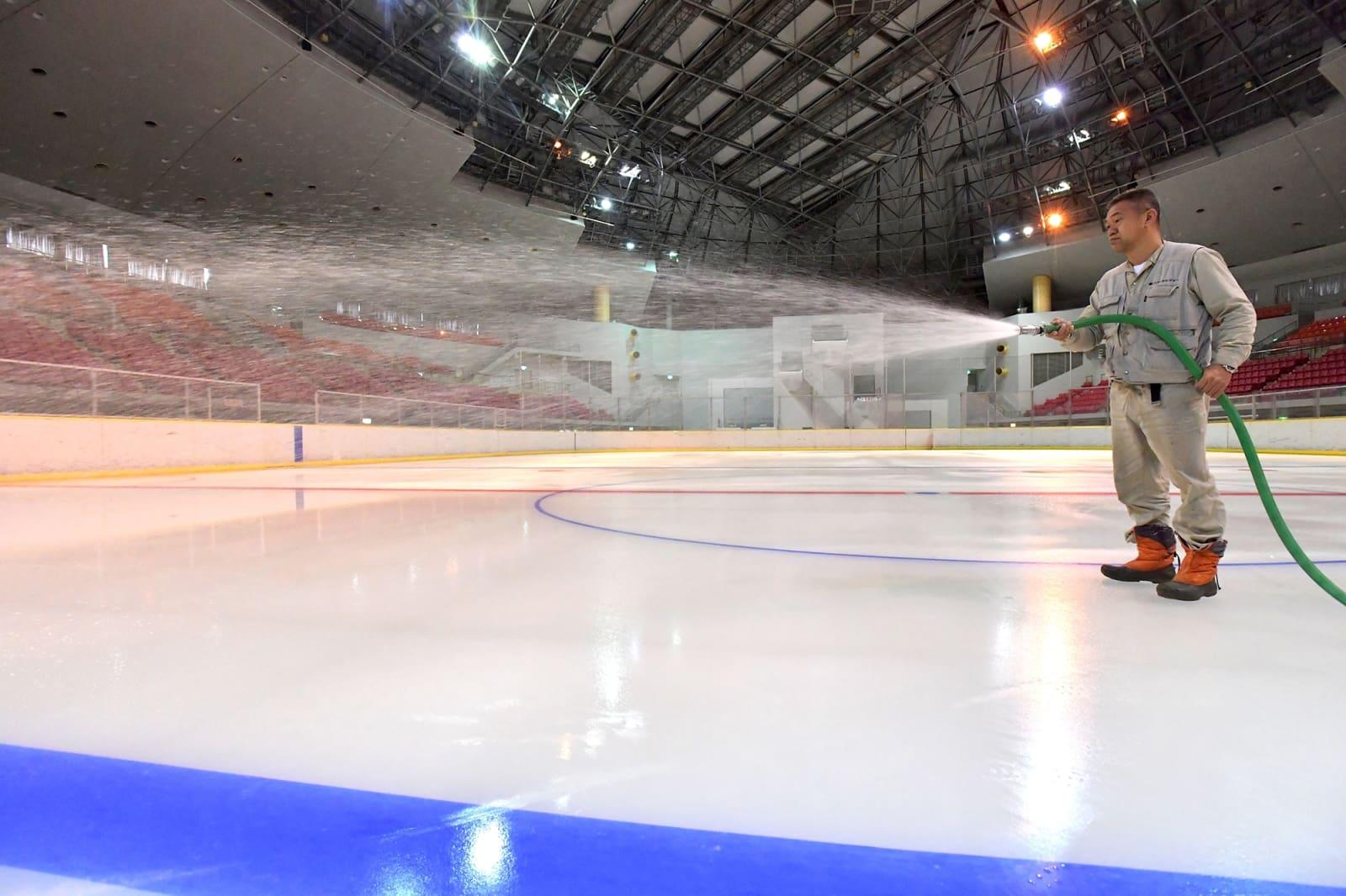 オープンを間近に控え、製氷作業が進むアクアドームスケートリンク