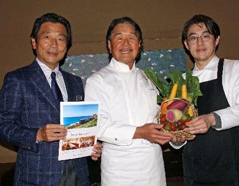 地元産の食材などを手にアピールする(左から)出田社長、坂井シェフ、井手シェフ