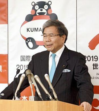 海外でくまモン関連商品の販売を自由化することについて、質問に答える蒲島郁夫知事