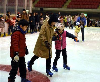 久しぶりに氷の感触を楽しみながら滑る親子連れ