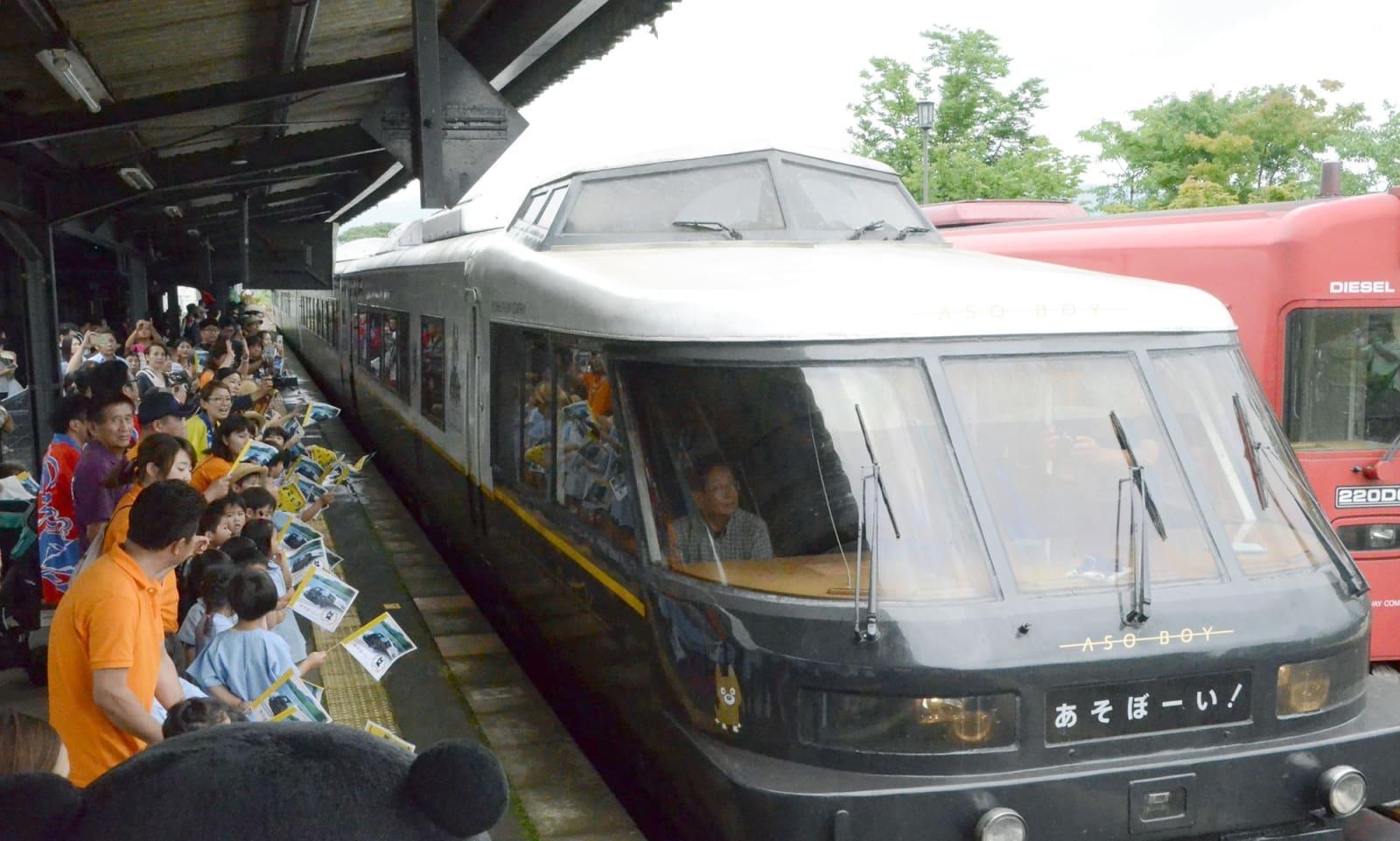 阿蘇-別府の新ルートで運行を開始し、熊本地震後初めて阿蘇駅に乗り入れた「あそぼーい!」