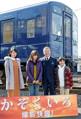 肥薩おれんじ鉄道の車両前で撮影会に臨む出演者