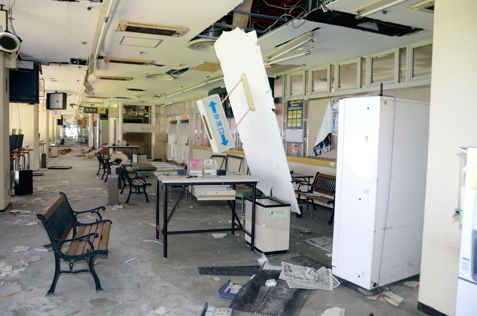 熊本地震でガラスが割れ、天井が崩れるなどの被害が出た熊本競輪場のバックスタンド
