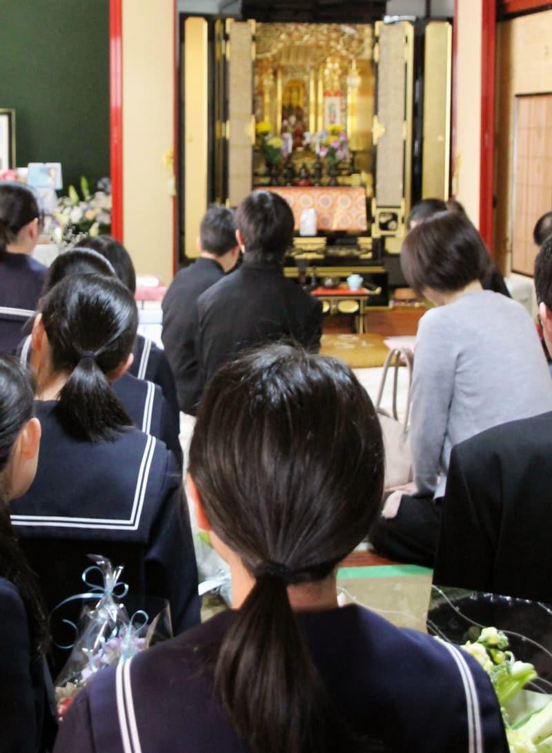 亡くなった男子生徒の自宅を訪れた同級生ら=14日午後、福井県池田町