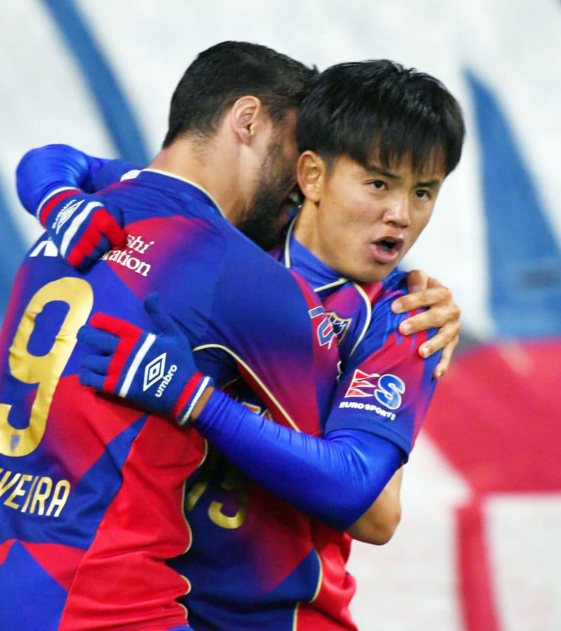 FC東京―新潟 後半、ゴールを決め、ディエゴオリベイラ(左)と抱き合って喜ぶFC東京・久保=味スタ(ゲッティ=共同)