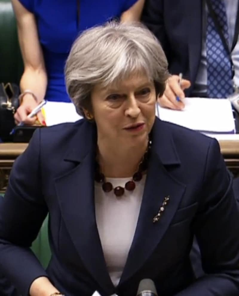 14日、ロンドンの英下院で発言するメイ首相(AP=共同)