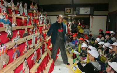 有田小の2年生におきあげ人形の特徴や歴史について語る川津三郎さん=日田市有田町