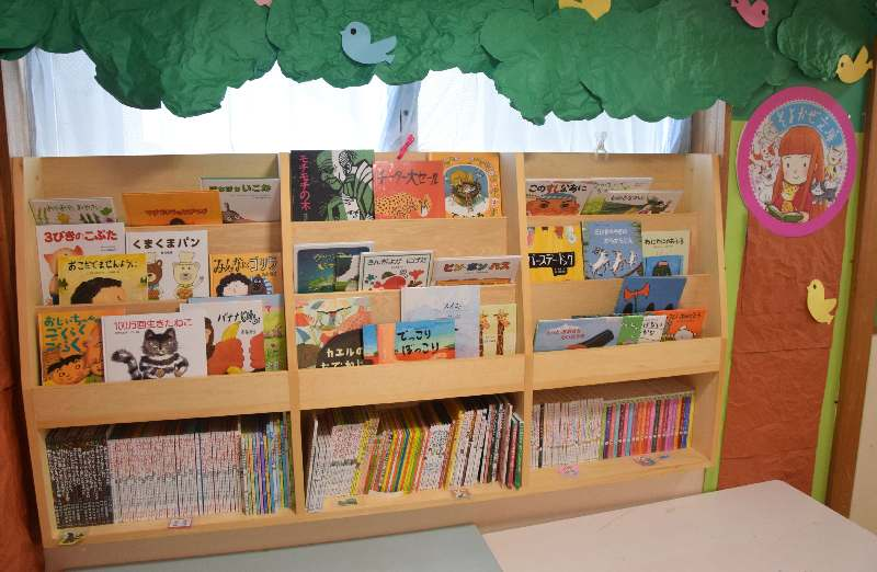 宜野湾幼稚園に設置された「そよかぜ文庫」