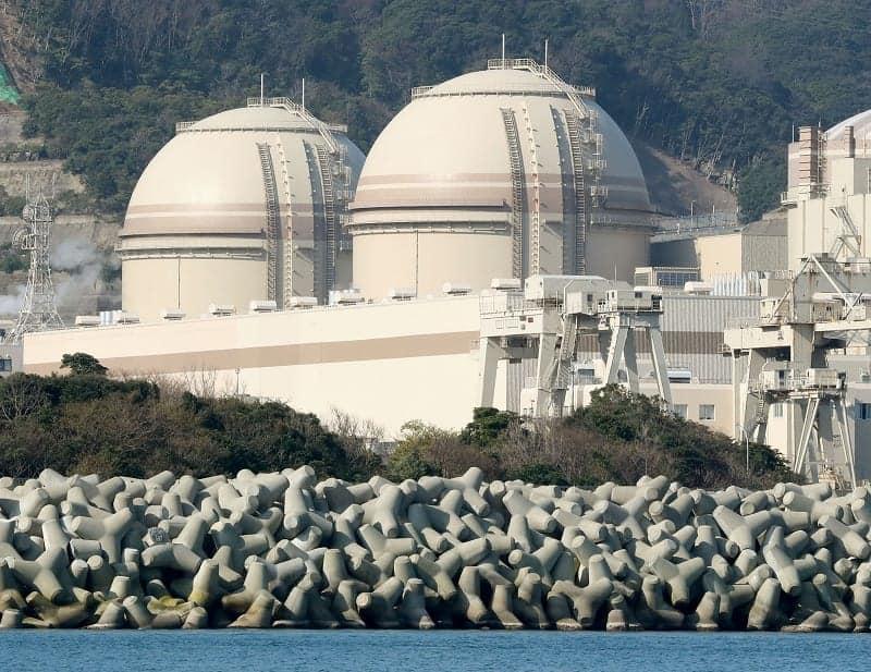関西電力大飯原発3号機(右)と4号機=14日、福井県おおい町