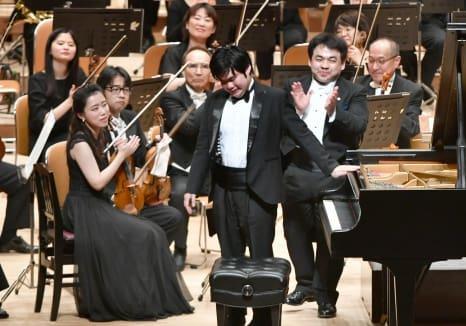 演奏後、ピアノ・辻井伸行さん(中央)を拍手でたたえる指揮・下野竜也さん(手前右)=14日、鹿児島市民文化ホール