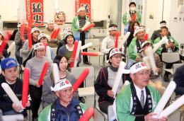 親族や町民が鈴木選手の滑りに声援を送った