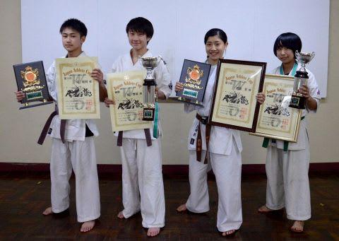小樽市内で入賞した4人の選手、(左から)堤彪羽さん、堤響羽さん、渡辺栞さん、佐藤夢玲さん