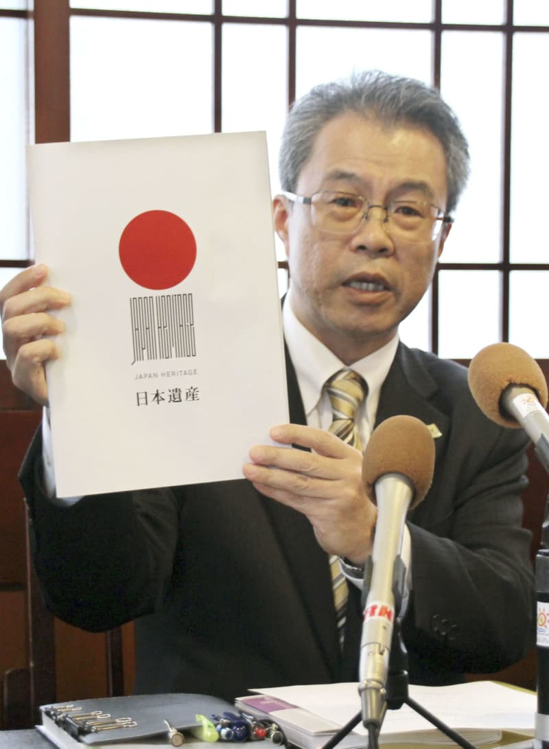 記者会見する「高知カツオ県民会議」の受田浩之会長代理=17日午後、高知市