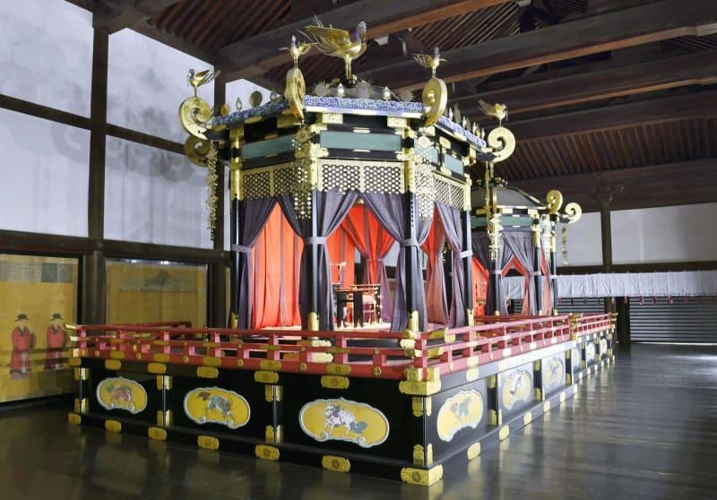 皇太子さまの即位の礼で使う「高御座」。奥は「御帳台」=17日午後、京都御所・紫宸殿