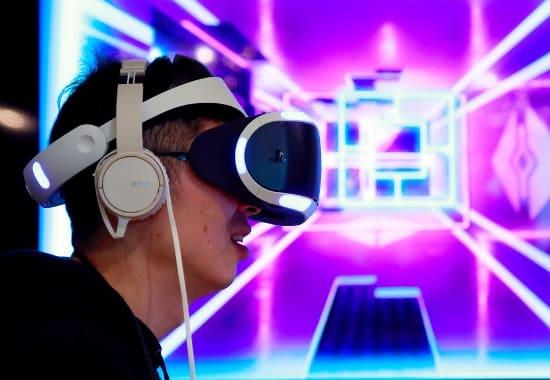 「PlayStation VR」の発売記念イベントの様子(写真:Rodrigo Reyes Marin/アフロ)