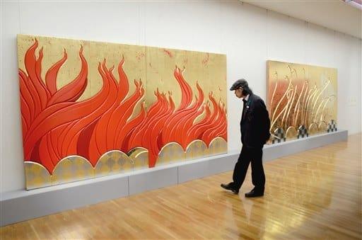火(左)と風(右)をモチーフにした装飾画=熊本市中央区