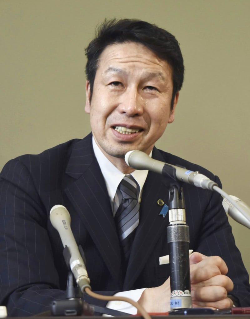 記者会見する新潟県の米山隆一知事=17日午後、新潟県庁