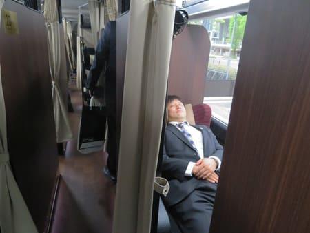 ゆったりとした空間を確保した西日本ジェイアールバスの新型夜行バスの座席(大阪市北区)
