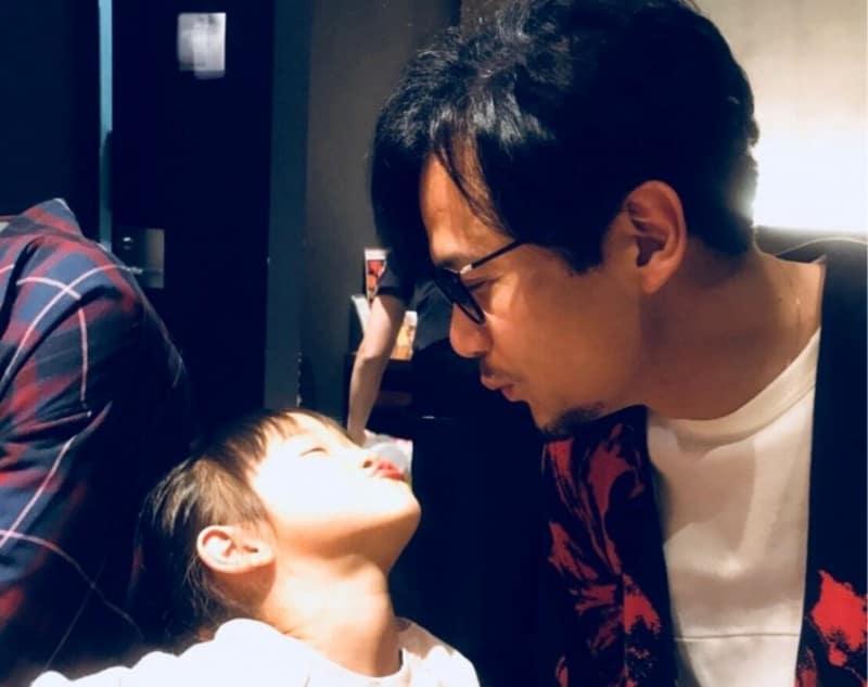 子供と遊ぶ稲垣吾郎