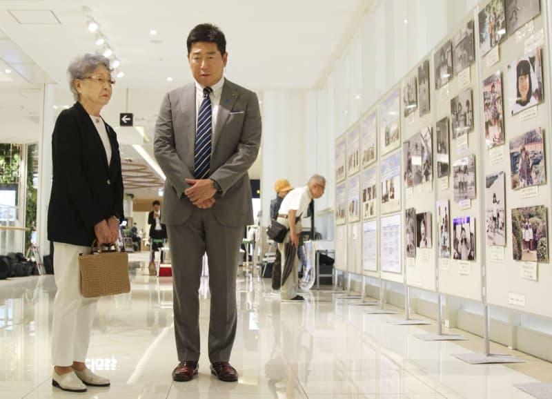 横田めぐみさんの写真展を訪れた母早紀江さん。右は川崎市の福田紀彦市長=18日午前、川崎市中原区