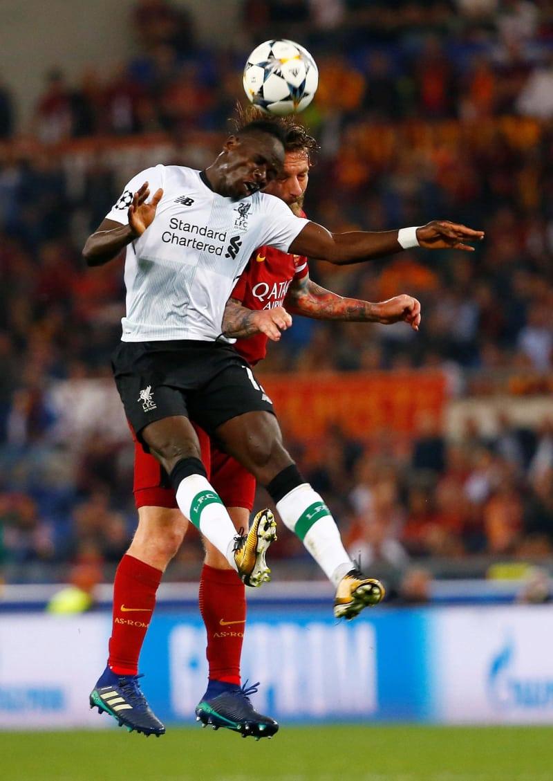 リバプールでプレーするセネガル代表のマネ(手前)=2日、ローマ(ロイター=共同)