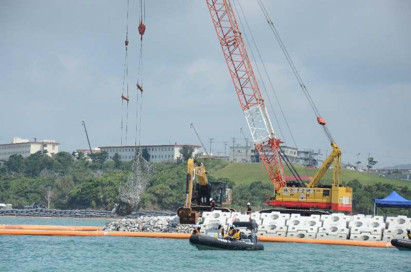 砕石の投下が進む米軍キャンプ・シュワブ沖の「K4」護岸の建設現場=18日、名護市辺野古