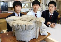 尼崎工業高校で見つかった旧兵庫県議会議事堂の柱の一部=尼崎市長洲中通1