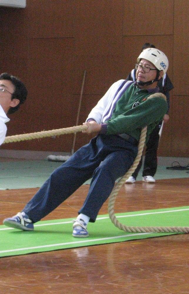 2010年の大会で、最後尾で綱を引く冨田さん(冨田さん提供)