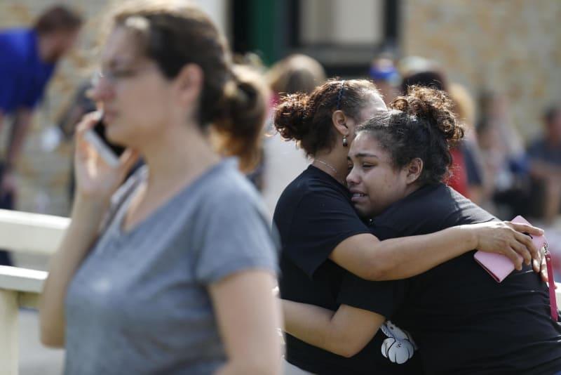 米高校で銃撃、8人死亡 テキサス...