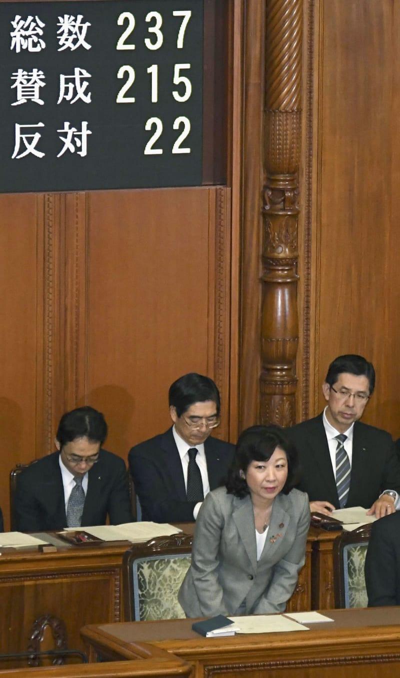 参院本会議で公選法改正案が可決され、一礼する野田総務相(手前)=15日午前