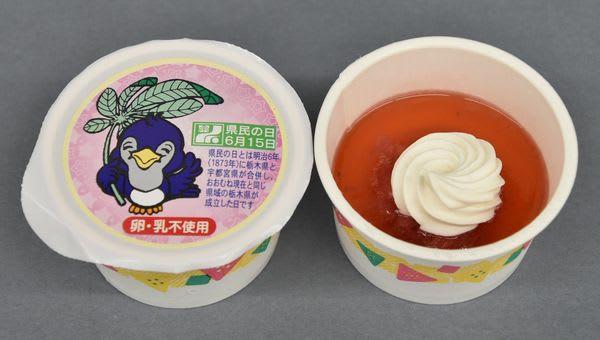 イチゴを使った「県民の日デザート」。パッケージには「ルリちゃん」が描かれている