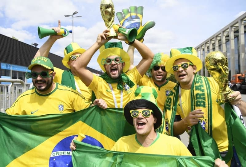 開幕戦が行われるルジニキ競技場前で盛り上がるブラジルサポーター。14日、モスクワ(共同)=写真は記事と直接の関係はありません