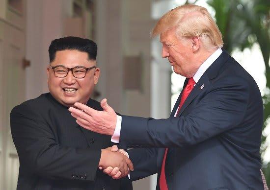 米朝首脳会談 両首脳、シンガポールで初対面(写真:AFP/アフロ)