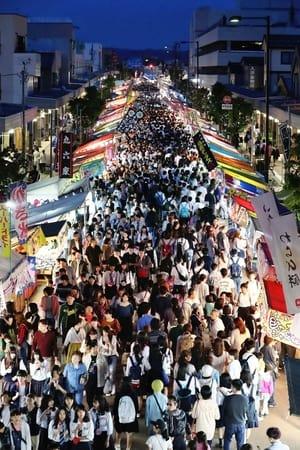 全国から露店が集まり、多くの人でにぎわった「えんま市」=14日、柏崎市