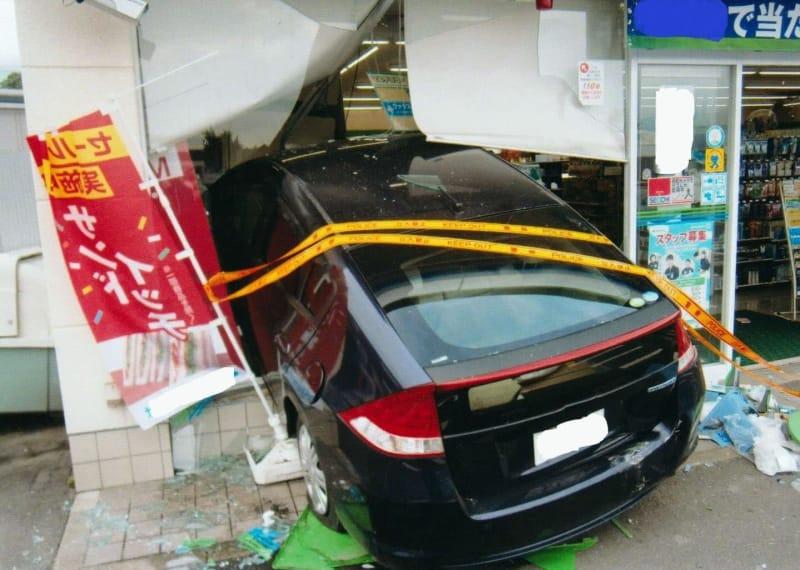 佐賀県伊万里市でコンビニに突っ込んだ乗用車=15日午前(県警提供)