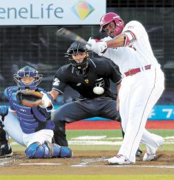 1回東北楽天2死二塁、ディクソンが先制の左前適時打を放つ。捕手大野奨