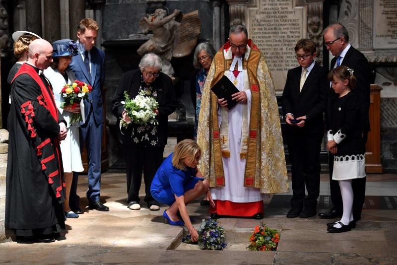 ロンドン・ウェストミンスター寺院で行われたホーキング博士の埋葬式で15日、花を手向ける親族ら(ロイター=共同)