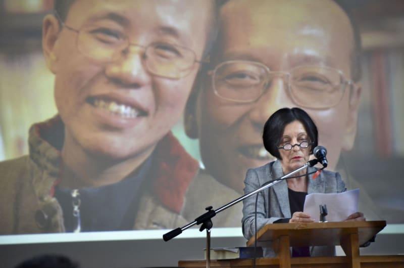 13日、ベルリンで開かれた故劉暁波氏の追悼式典で、朗読するノーベル文学賞受賞者のヘルタ・ミュラーさん(共同)