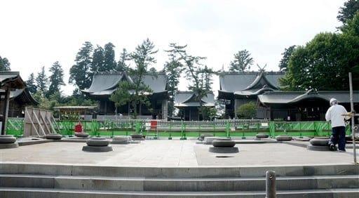 部材の移動に伴い、参道側から楼門跡地や三つの神殿が見渡せるようになった阿蘇神社の境内。手前にあるのは楼門の礎石=阿蘇市