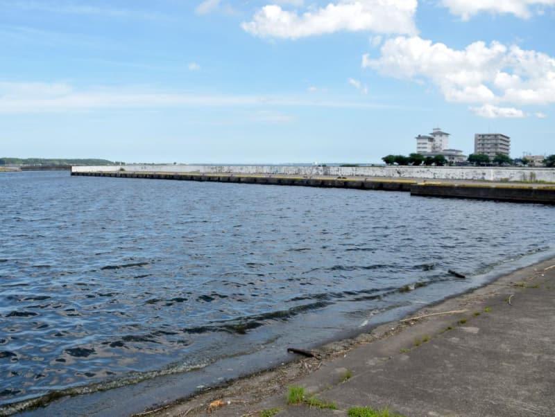 トライアスロン大会のスイムが行われる霞ケ浦に面した土浦新港=土浦市川口