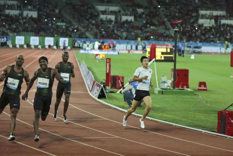 男子100メートルを7位で終えた桐生祥秀(右)=13日、モロッコ・ラバト(AP=共同)
