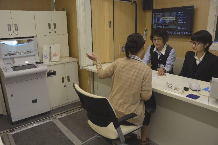 試行営業した青森銀行の移動店舗車「aomo―bile(あおも~びる)」の車内=13日、八戸市