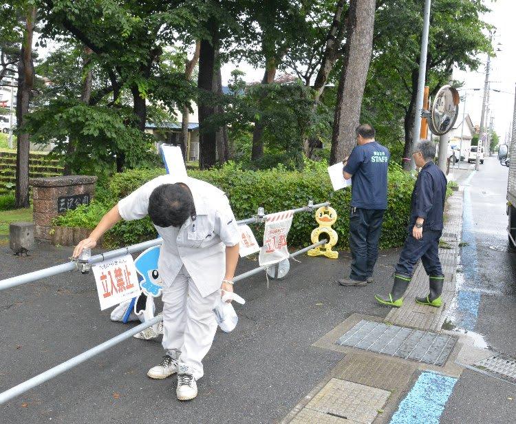 当面の間、立ち入り禁止となった三沢公園=13日午後1時5分ごろ