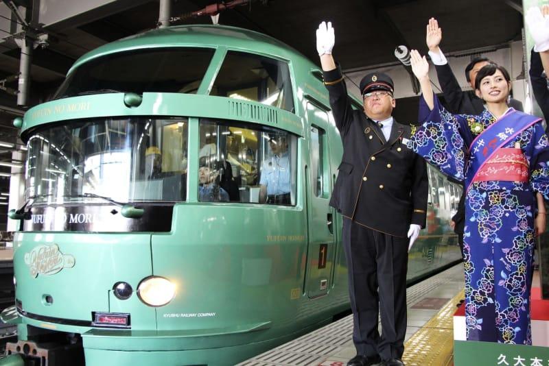 JR久大線の全線運転再開を記念し、博多駅で行われた式典。左は観光列車「ゆふいんの森」=14日午前