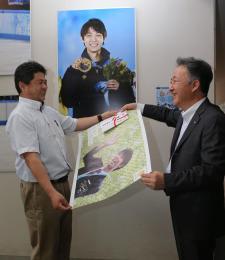 佐々木事務局長(左)に目録を手渡す東海林取締役営業局長=仙台市泉区の東北高泉キャンパス