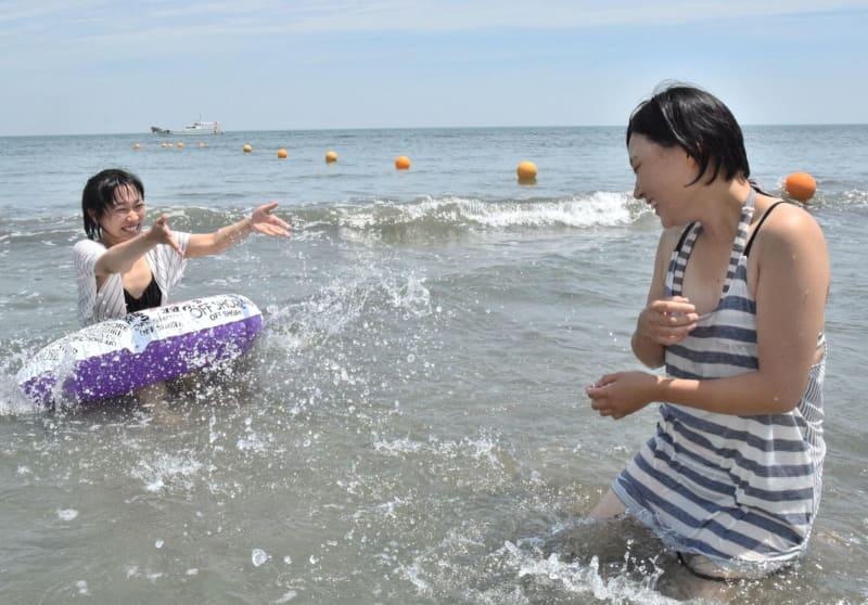 水をかけ合ってはしゃぐ若者ら=松茂町豊岡の月見ケ丘海水浴場