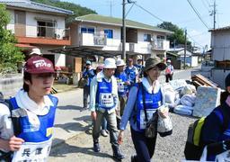 西日本豪雨の被災地に入った兵庫のボランティア=14日午前9時28分、岡山県総社市下原